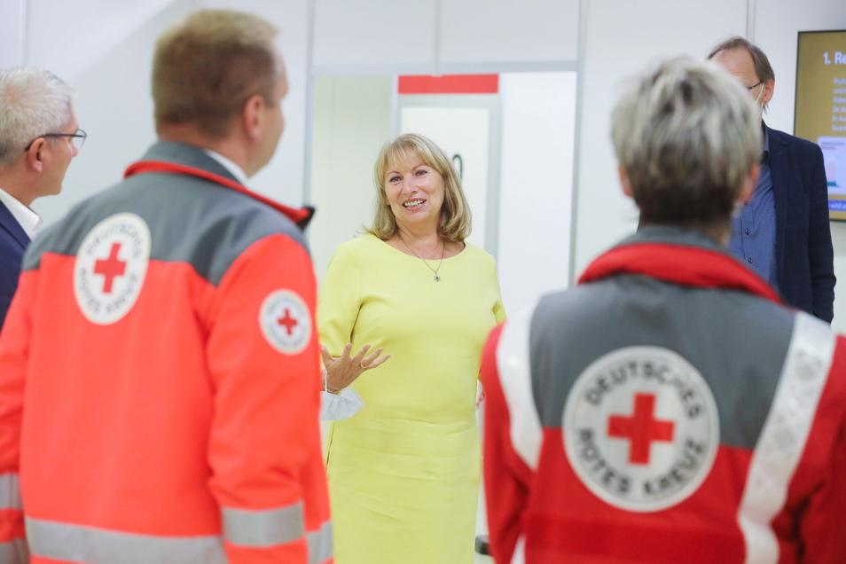 Sachsens Gesundheitsministerin Petra Köpping (SPD), hat zuletzt immer wieder Impfzentren besucht - wie hier die Einrichtung des Vogtlandkreises nach einem Brandanschlag.