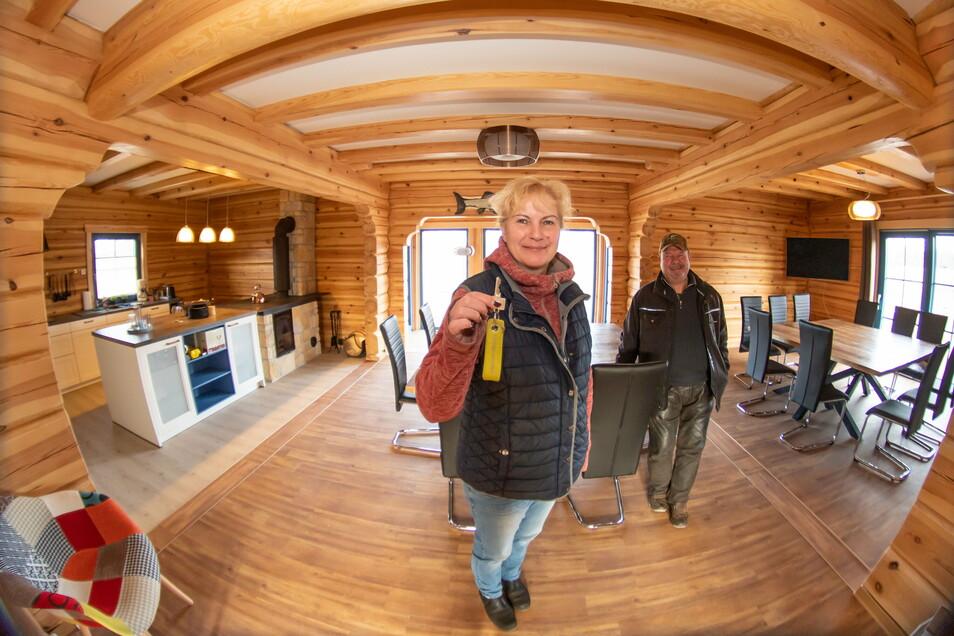 Ines und Armin Kittner stehen im Gemeinschafts- und Seminarraum im neuen Fischerhaus in Petershain. Hier kommen die Gäste an und nehmen ihre Mahlzeiten ein.