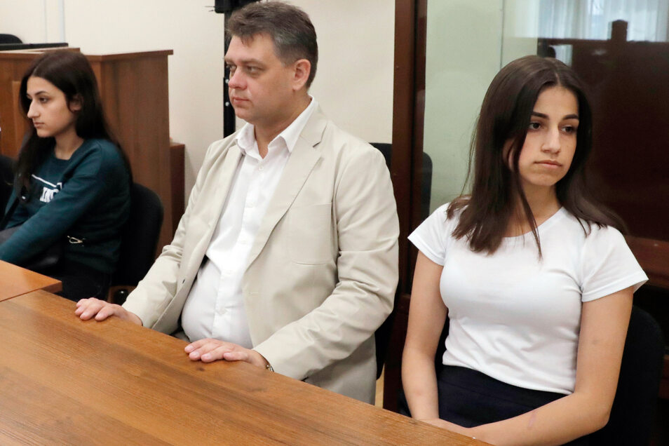 Maria (l) und Angelina (r), zwei der drei wegen des Mordes an ihrem Vater angeklagten Geschwister, sitzen im  Bezirksgericht Basmanny.