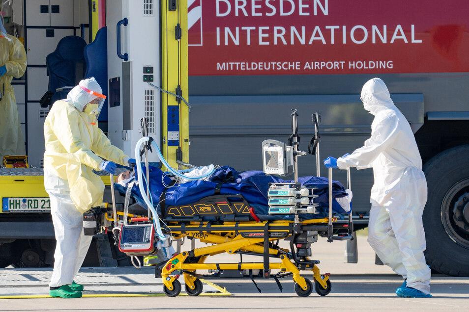 Ein Corona-Patient aus Frankreich ist auf dem Flughafen Dresden gelandet. Hierzulande wurden ähnliche Ausmaße bei der Pandemie vermieden.