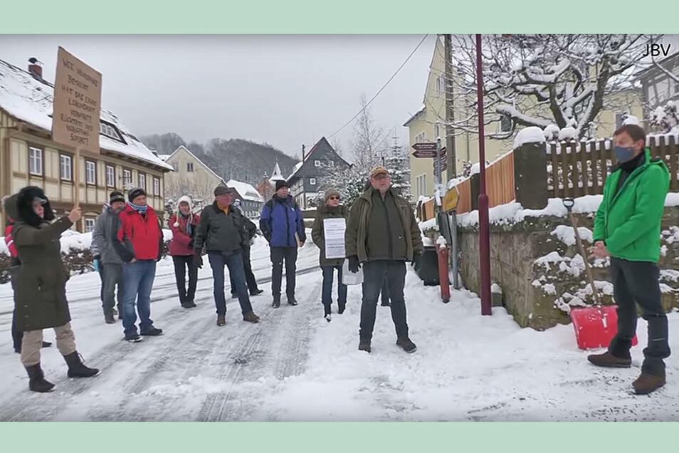Am 10. Januar stellten radikale Gegner der Corona-Maßnahmen Ministerpräsident Michael Kretschmer vor seinem Haus in Waltersdorf während dessen Freizeit zur Rede.