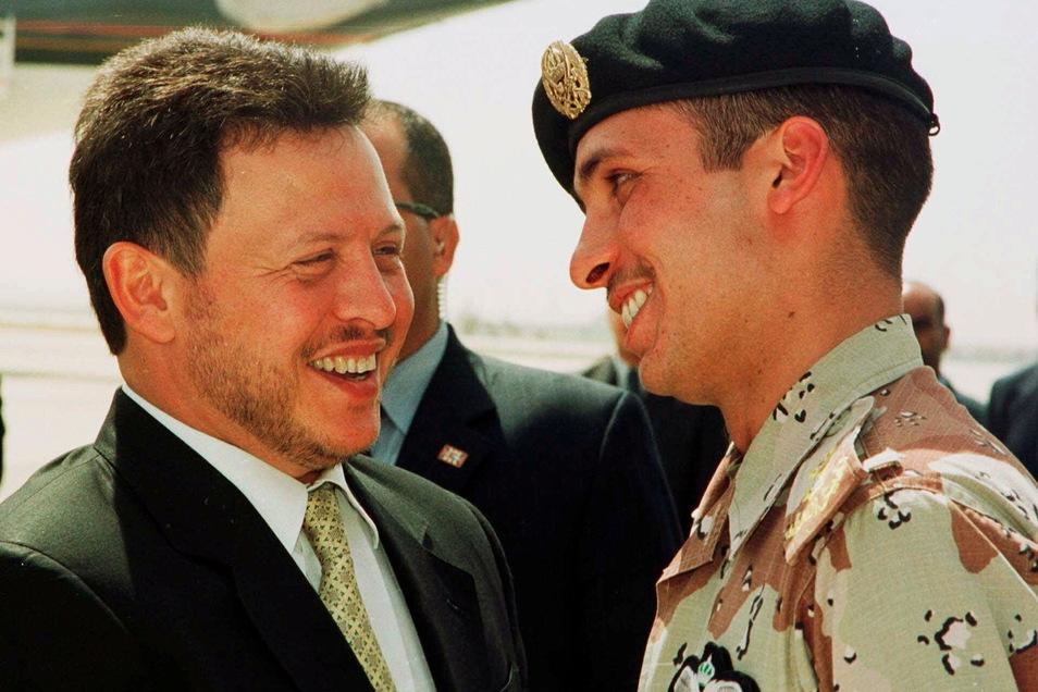 Abdullah II. (l), König von Jordanien und Hamsa bin Hussein, damaliger Kronprinz von Jordanien, im Jahr 2001.