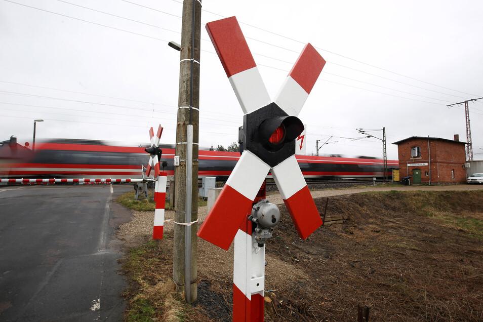 Die Tage dieses Bahnübergangs in Röderau sind gezählt. Doch zunächst wird der Ausbau der Bahnstrecke Dresden-Leipzig an anderer Stelle vorangetrieben.