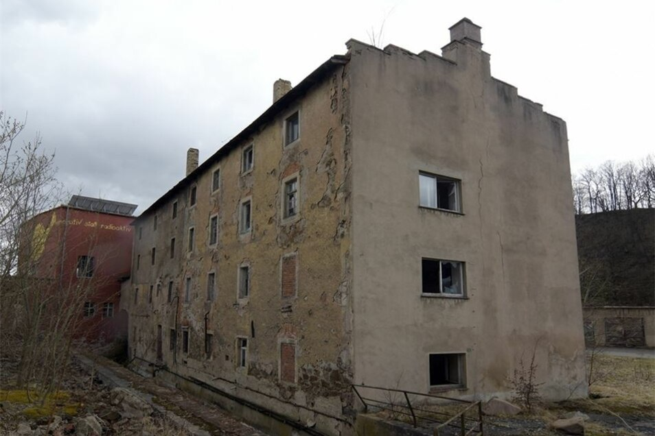 Von der ehemaligen Kartonagenfabrik Grunau sind einige ruinöse Gebäude übrig geblieben. Das Haus vor der Eisenbahnbrücke möchte die Kommune erwerben und abreißen lassen, wenn auf dem Grundstück der Radweg Hainichen-Roßwein entlangführt. Wann es soweit ist