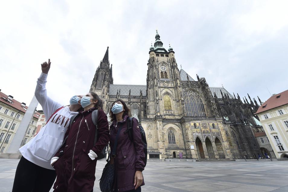 Nur wenige Besucher kommen derzeit zur Prager Burg. Die Moldaustadt ist zwar wieder für Touristen zugänglich, deren Zahl aber überschaubar.