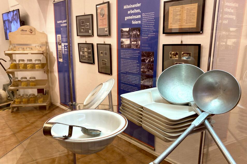 Geschirr und Besteck aus der Kantine der Nudelfabrik werden ausgestellt.