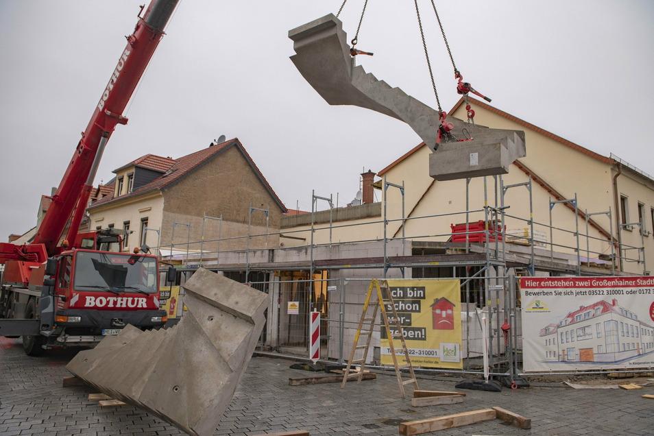 Endlich ist es soweit: Die erste von zwei Betontreppen schwebt ganz langsam in das Innere der Baustelle.