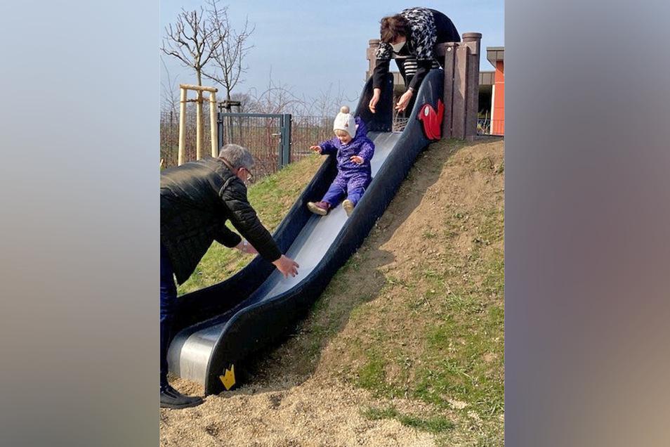 Ein zweijähriges Mädchen war das erste Kind, das den jetzt freigegebenen neuen Spielplatz in Stiebitz nutzte - begleitet von Oma und Opa.