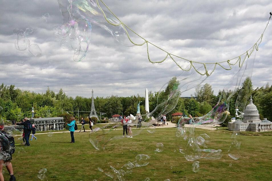 Für die kleinen Besucher ein großer Spaß: Seifenblasen in schillernden Farben.