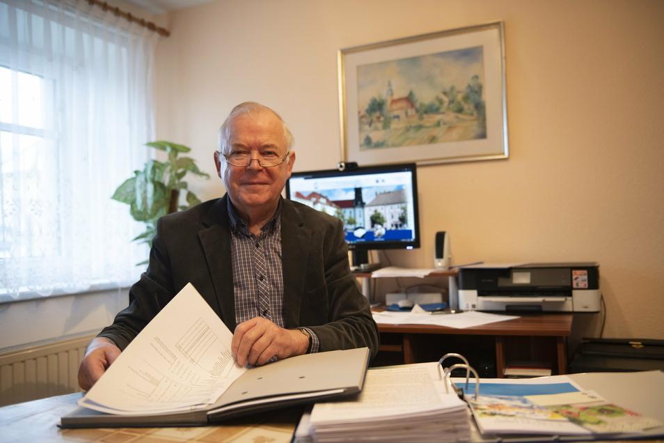 Siegfried Behla beim Schreiben des Jahresberichtes vom Männerchor Großenhain-Reinersdorf. Werden alle Sänger bis zum Jubiläum zur Stange halten?