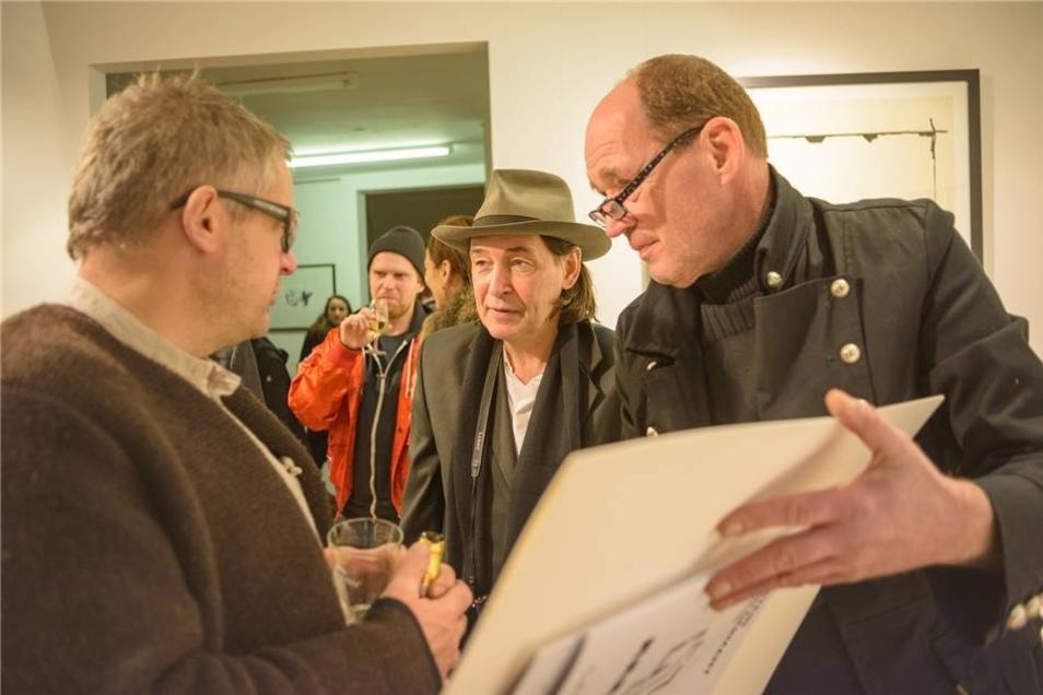 Holger John (Mitte) ist bei der Eröffnungsausstellung in seiner Galerie selbstverständlich dabei.