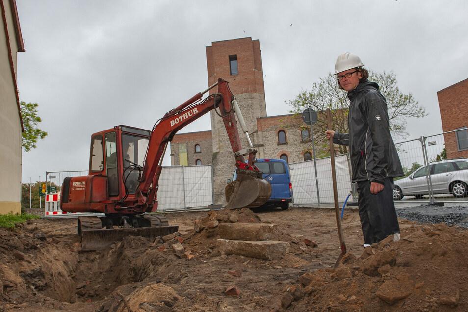 Archäologe Kay Mauksch vom Landesamt für Archäologie Dresden untersucht hier gemeinsam mit Detlef Krille von der Baugesellschaft Großenhain den Boden.