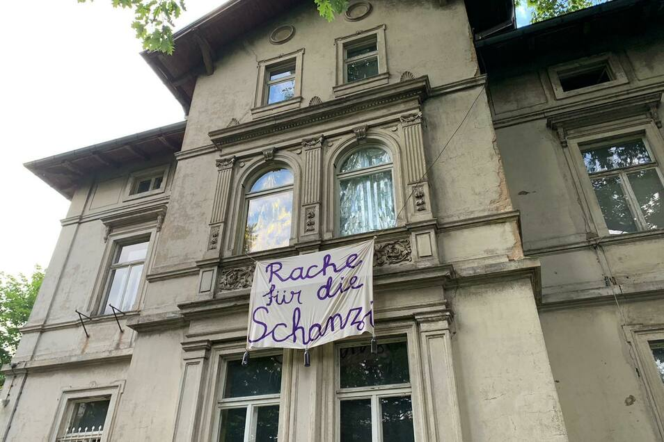 Dieses Banner erinnert an die Hausbesetzung auf der Schanzenstraße im Oktober 2020.