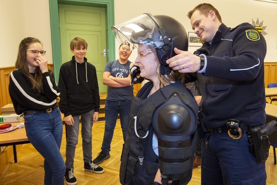 """Pirnaer Siebtklässler beim Projekt """"Die gläserne Stadt"""" im Polizeirevier Pirna: Lernen, wie das Leben in der Stadt funktioniert."""