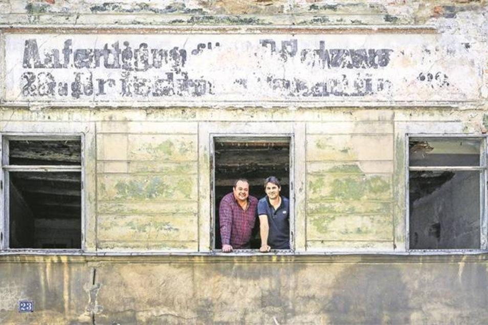 Eigentümer Frank-Michael Streibel (links) und sein Bruder Sven stehen im Fenster des Hauses Breite Straße 23. Es soll demnächst saniert werden. Fotos: Pawel Sosnowski