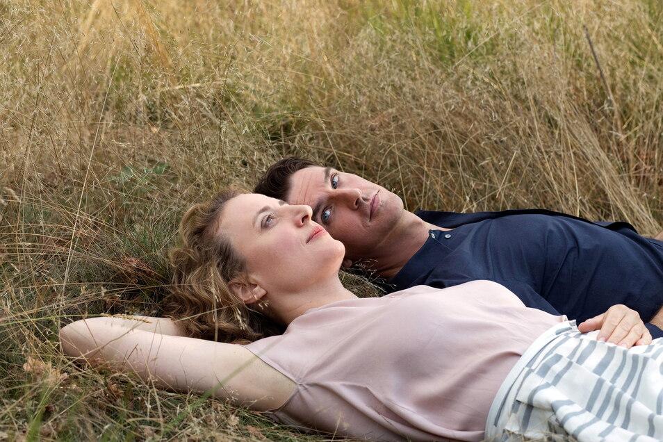 """Alma (Maren Eggert) und Tom (Dan Stevens) erfinden sichim Film """"Ich bin den Mensch"""" eine gemeinsame Geschichte."""