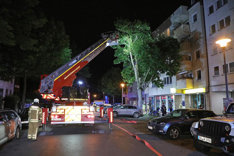 Die Feuerwehr im Einsatz an der Krenkelstraße.