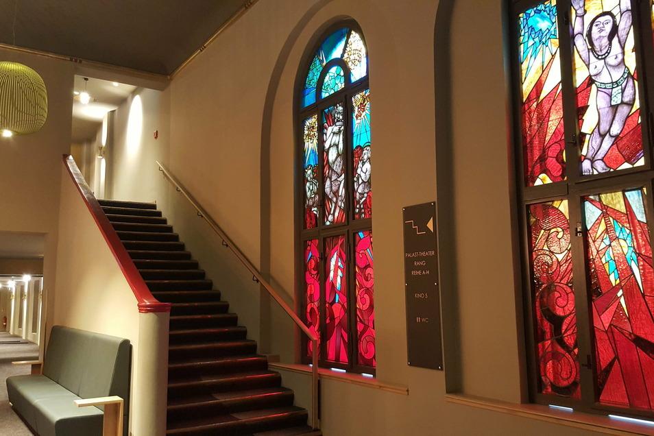 Diese Fenster im Foyer des Filmpalasts Görlitz waren seit der Nazizeit hinter Verkleidungen verborgen. Während des Kinoumbaus wurden sie unversehrt wiederentdeckt.