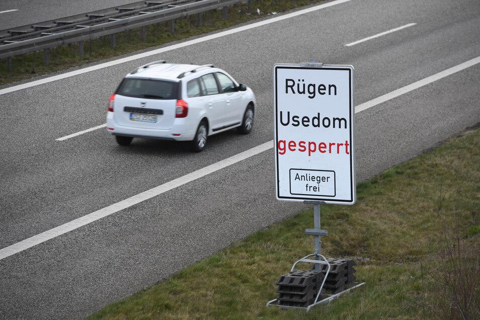 Ein Schild an der Autobahn A 20 an der Landesgrenze zwischen Mecklenburg-Vorpommern und Brandenburg soll Touristen von der Weiterfahrt abhalten.