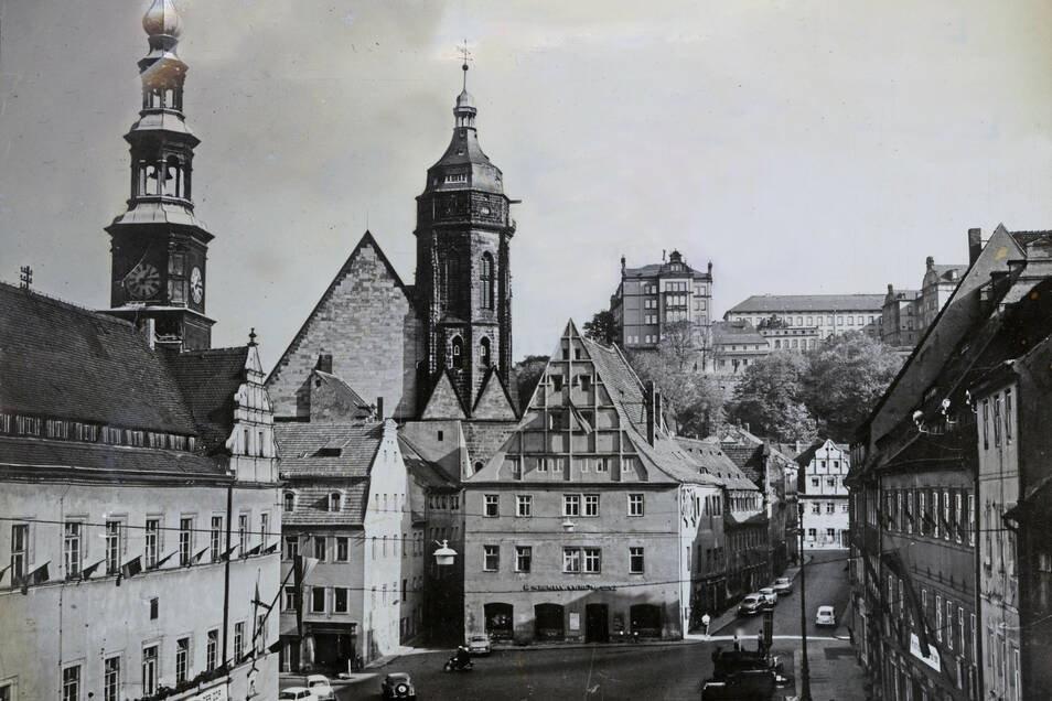 Pirnaer Marktplatz um 1960: Graue Tristesse überwiegt, viele Wohnungen stehen leer.