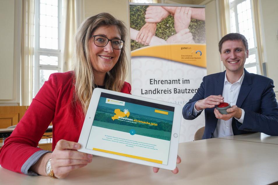 Dunja Reichelt, Ehrenamtsbeauftragte des Landkreises Bautzen, und Mattias Bilz von der Bürgerstiftung Dresden präsentieren die neue Ehrenamtsplattform.