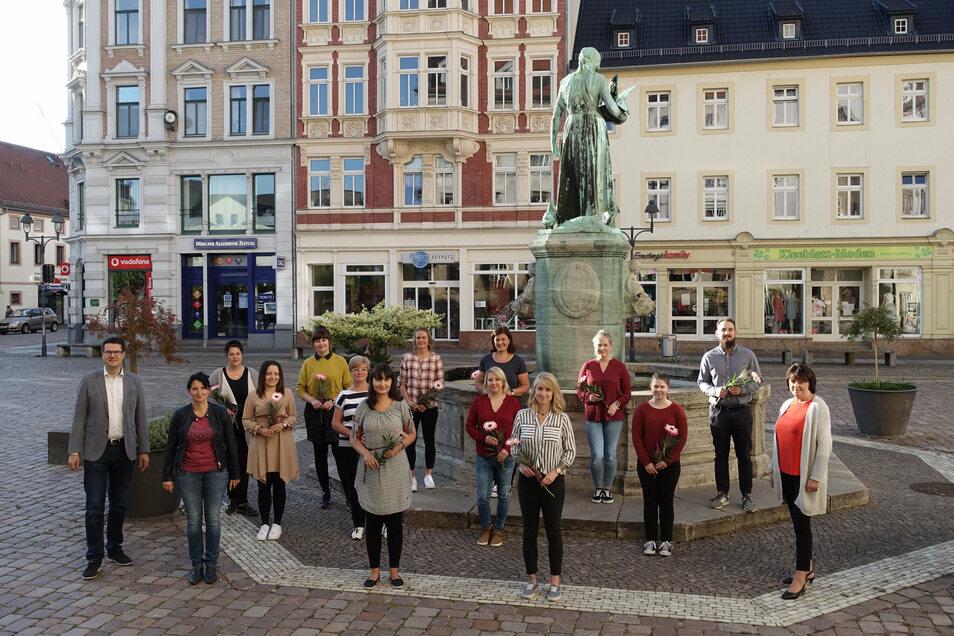 Ein großer Teil der 15 neuen Erzieherinnen und Erzieher haben sich fürs Gruppenfoto vor dem Schlegelbrunnen aufgestellt. Mit dabei unter anderem Oberbürgermeister Sven Liebhauser (links).