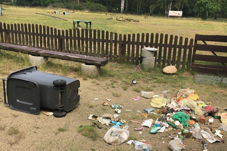 Herumgeworfener Müll und beschädigte Trainingsgeräte (im Hintergrund): So fanden die Weißwasseraner Hundesportler am Samstag ihren Trainingsplatz vor.