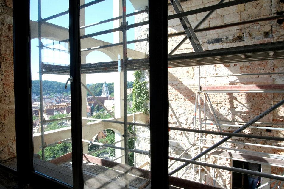 Der Blick von einer Wohnung zur fensterlosen Fassade.