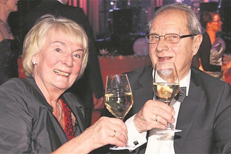 Doppelten Grund zum Feiern hatte Neustadts ehemaliger Bürgermeister Dieter Grützner. Er stieß gemeinsam mit seiner Frau Renate auf seinen 74. Geburtstag an.
