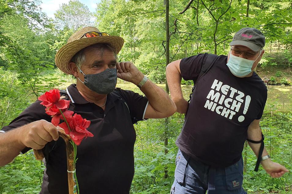 Klaus Erdmann (l.) und Gerald Gottlöber aus Wehlen auf fröhlicher Männertagsrunde: Kurz bevor sie am Schloss Thürmsdorf einkehren, legen sie ihren Mund-Nasen-Schutz an.