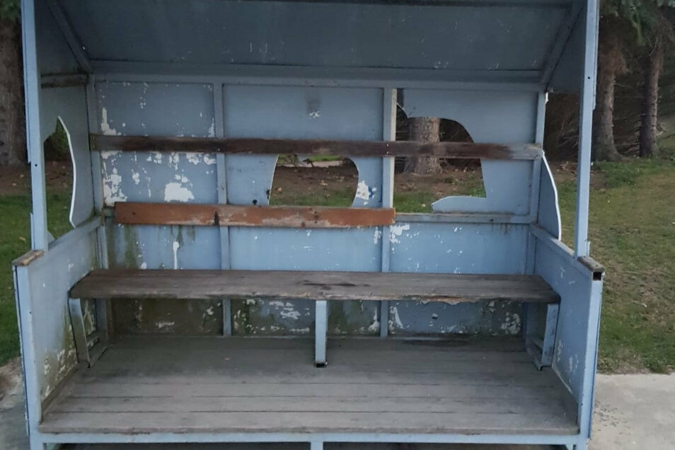 Blick in den zerstörten Unterstand für Fußballspieler auf dem Burkau Sportplatz. Rückwand und Seitenwände sind stark beschädigt.