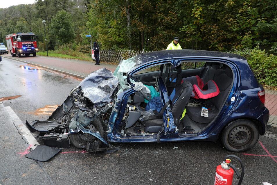 Der schwer verletzte Fahrer musste aus dem Autowrack von der Feuerwehr herausgeschnitten werden.