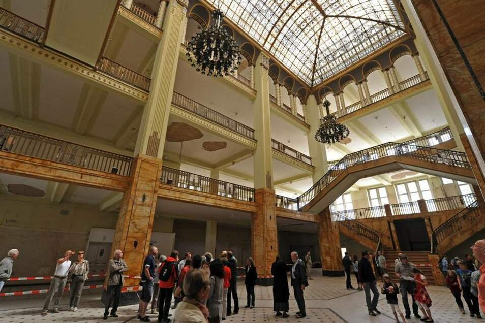 """Den """"Tag der offenen Sanierungstür"""" in Görlitz haben Tausende Menschen für einen Blick in die Baustelle des Jugendstilkaufhauses genutzt. Das Interesse war riesig, wie der zuständige Projektleiter für den Umbau, Jürgen Friedel, am Sonntag sagte. Die Filmkulisse aus dem Hollywood-Film """"The Grand Budapest Hotel"""" wird derzeit saniert und war nur am Sonntag geöffnet."""