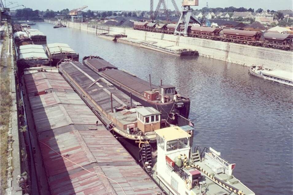 1975: Im Hafen Riesa herrscht reger Schiffsverkehr. 1988 wird der Güterumschlag in den sächsischen Binnenhäfen bei vier Millionen Tonnen liegen.