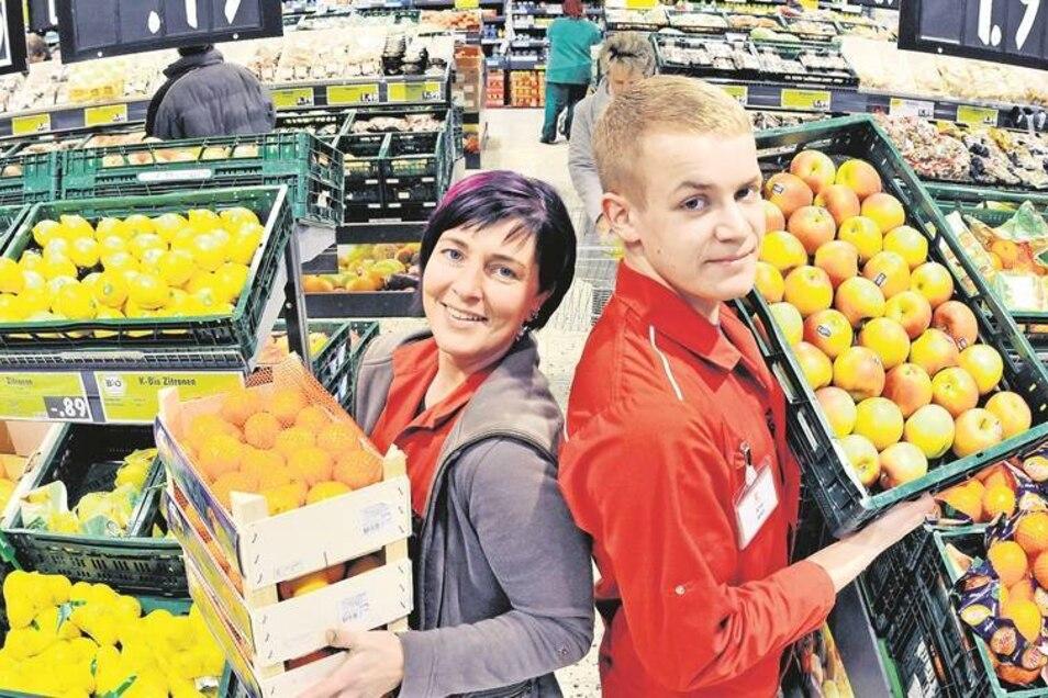 Kaufland Ebersbach, die Abteilung Obst und Gemüse: Die Mitarbeiter Karola Schallansky und Alfred Sehlert präsentieren das Sortiment. Generell hat sich die Verkaufsfläche des Supermarktes vergrößert, eine Wurst-Fleisch-Käse-Theke wurde eingebaut.Foto: Matt
