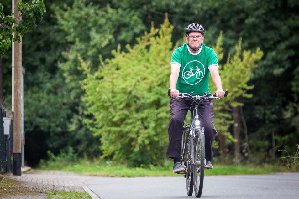Der Liegauer Ortsvorsteher Raimund Pecherz (parteilos) will die Radverbindung nach Langebrück verbessern. Jetzt hofft er auf eine Zwischenlösung.
