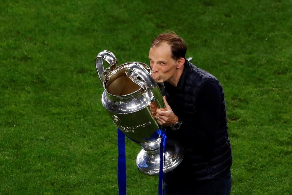 Chelseas Trainer Thomas Tuchel küsst die Trophäe