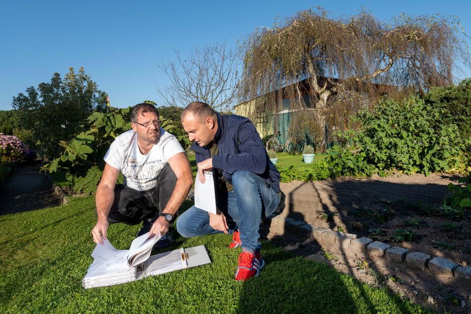 Jörg Klabunde (l.) und Lars Eichenberg vom Vorstand des Kleingartenvereins Kalkreuth e.V. machen sich Gedanken über die Zukunft. Auf einer Mitgliederversammlung soll bald Klartext geredet werden.