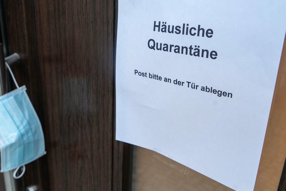 Quarantäne-Schild an einer Haustür. Betroffene müssen jetzt mehr Eigenverantwortung an den Tag legen.