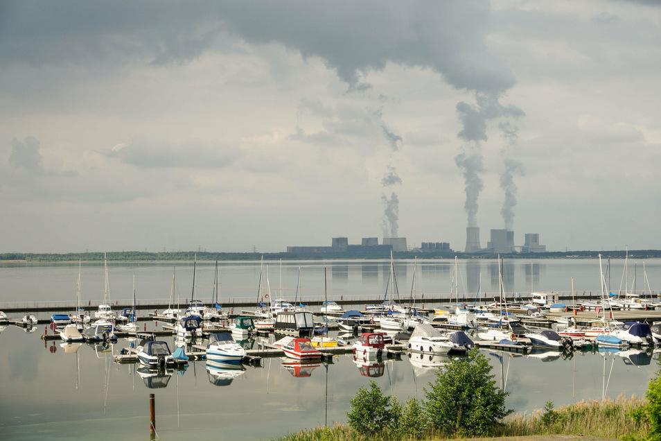 Vom Yachthafen aus geht der Blick über den Bärwalder See bis zum Kraftwerk Boxberg.
