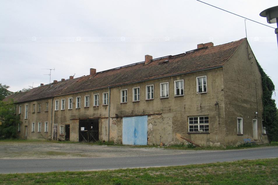 Das Mehrfamilienhaus auf dem Gutshof in Uhyst ist abrissreif. Pläne für eine alternative Bebauung hatte der Landkreis zunächst ausgebremst.