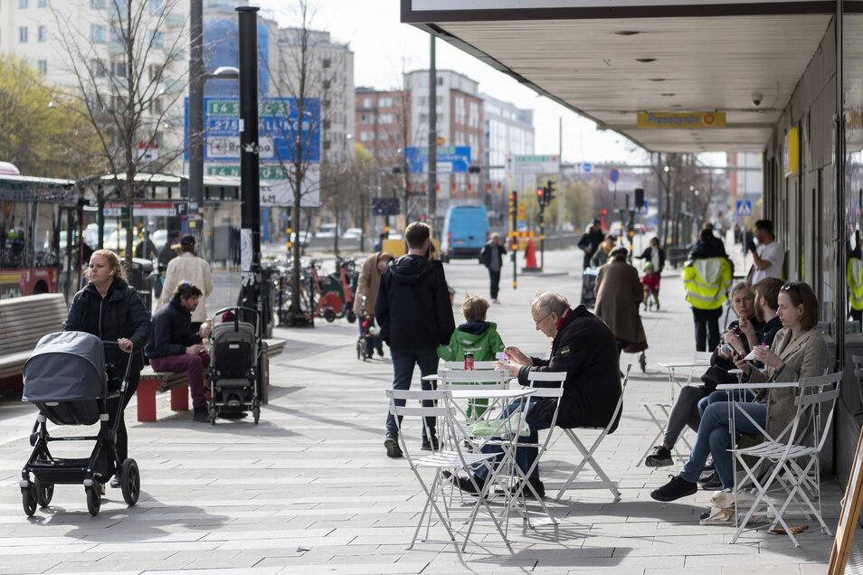 Während in großen Teilen Europas die Menschen wegen der Coronavirus-Pandemie zu Hause bleiben müssen, dürfen sich die Schweden weiter in Cafes und Kneipen treffen