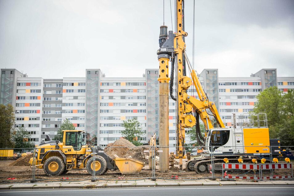 Lange stand am Käthe-Kollwitz-Ufer ein Bauzaun, ein Banner kündigte das Bauprojekt an. Nun haben die Arbeiten begonnen.