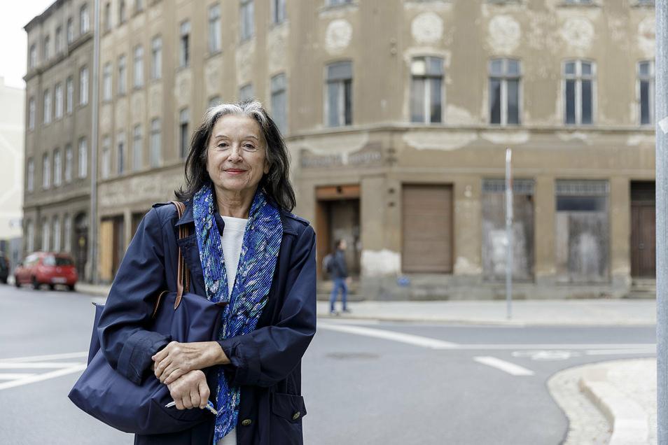 Angela Thamm von der Thamm & Partner GmbH aus Berlin steht vor der früheren Konsul-Drogerie an der Konsulstraße 68/Ecke Postplatz 8 in Görlitz. Der Firma gehört das Haus, sie hat es sichern lassen.