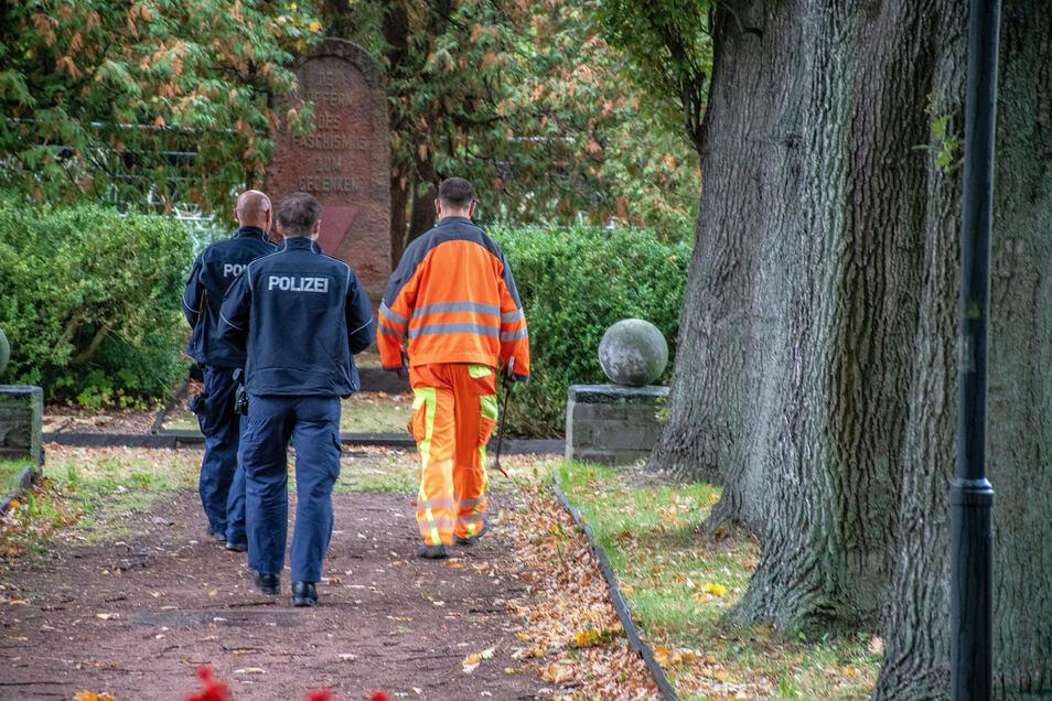Erneut stand am Freitagvormittag nach der Sparkasse in Hartha ein Polizeiauto. Die Beamten schauten sich in dem benachbarten Park um. Nach einem verdächtigen Fund sind sie alarmiert worden.