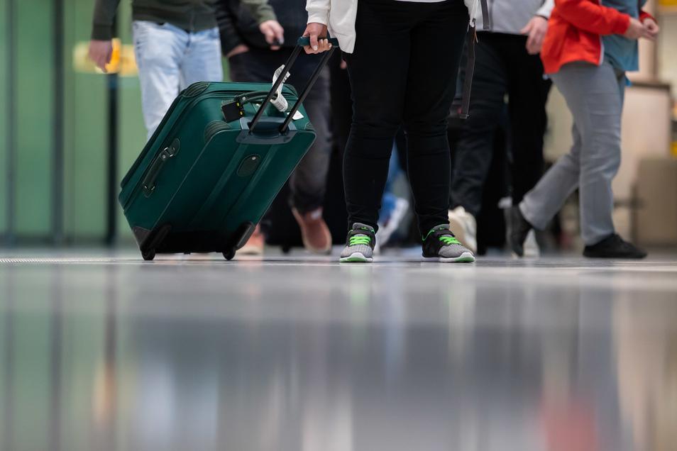 Wer sich länger als 48 Stunden im Ausland aufgehalten hat, muss, wenn er zurück in Sachsen ist, für zwei Wochen in häusliche Quarantäne.