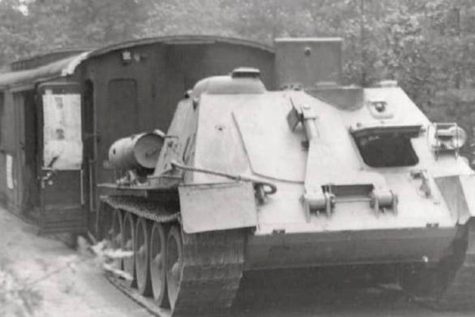 Mit dem Panzer auf den Sportplatz: 1966 zog militärisches Gerät einen Waggon in den Raschützwald. Bis 1992 diente er als Umkleidekabine.