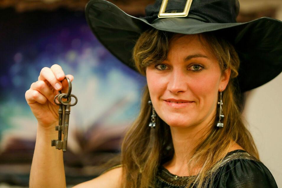 Bibliothekarin Maxi Erler zeigt als Irma Pince symbolisch die Schlüssel für die Flucht aus dem Escape-Room.