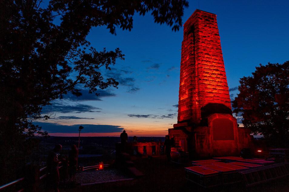 Das Windbergdenkmal leuchtete am Montagabend rot - aus Protest.