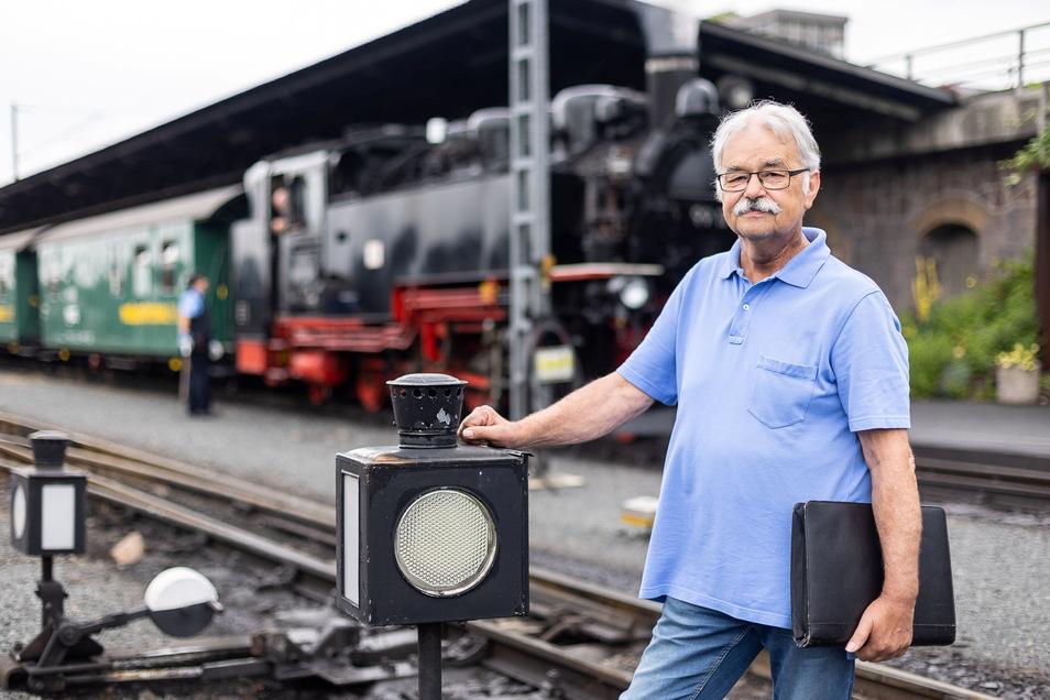 Ralf Kempe im Heimatbahnhof der Bimmel, Freital-Hainsberg. Der Freitaler hat einen großen Anteil daran, dass die Weißeriztalbahn heute überhaupt noch fährt.